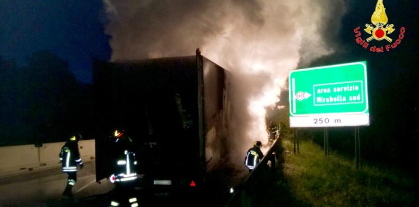 FOTO/ Autoarticolato in fiamme sull'A/16, in salvo l'autista