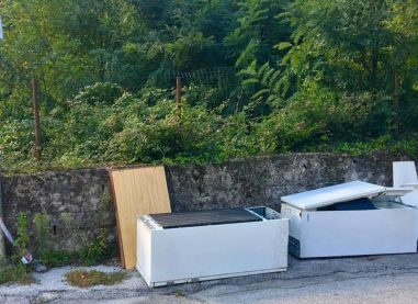 Rifiuti ingombranti abbandonati ad Atripalda, la denuncia