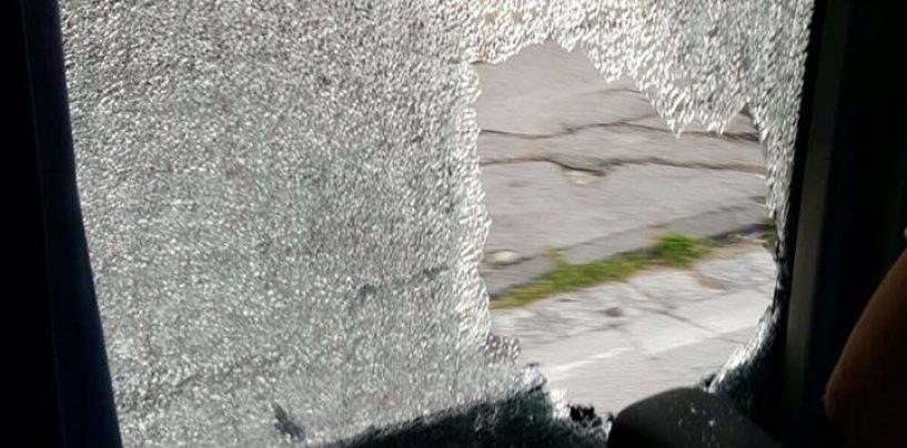 FOTO/ Tifosi del Cervinara aggrediti a Nola, sassaiola contro i finestrini del pullman