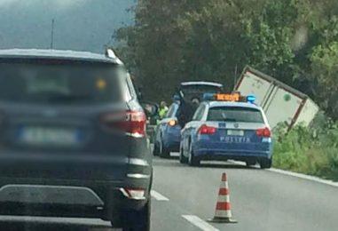 FOTO/ Incidente sul Raccordo Salerno Avellino, furgone finisce fuori strada