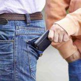Ruba il portafoglio al cliente: nei guai fruttivendolo ambulante