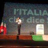 """VIDEO/ Renzi show ad Avellino: """"Una storia nuova per l'Italia. Il No? Tenuto insieme dall'odio"""""""