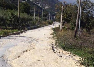 Frana la strada Senerchia-Oliveto Citra, le immagini