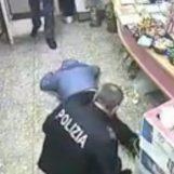 VIDEO/ Rapinatori accoltellano tabaccaio, arrestati dalla Polizia: le immagini choc