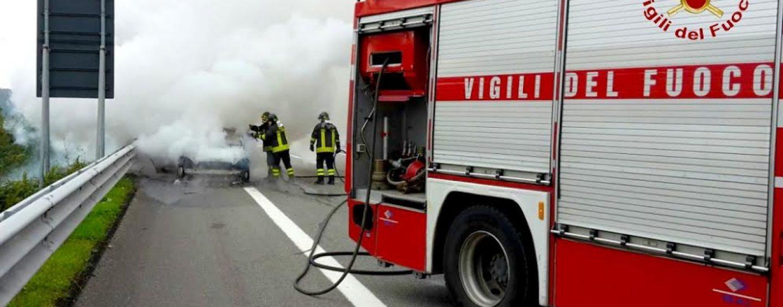FOTO/ Doppio incendio sulla A/16, una donna trasportata al Moscati