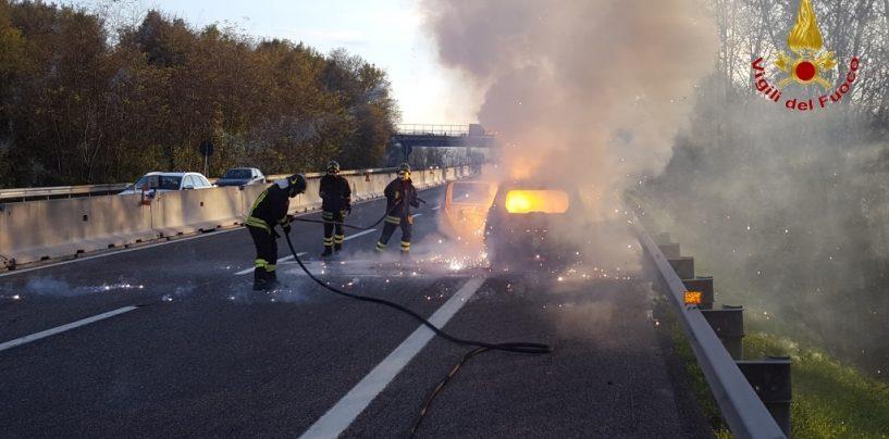 Paura sull'A16, auto avvolta dalle fiamme