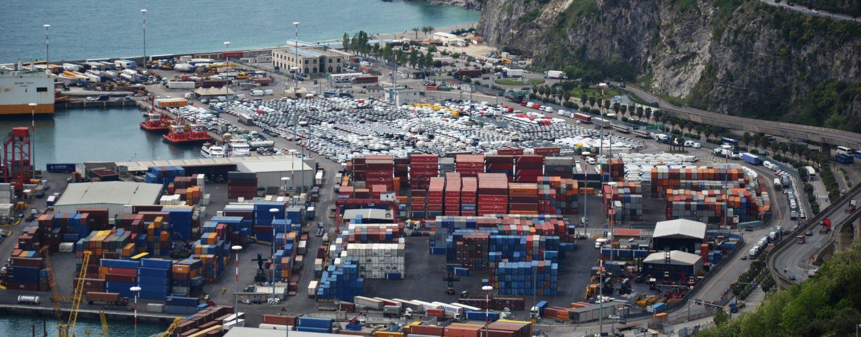 Dramma a Salerno, un operaio muore schiacciato da 2 container