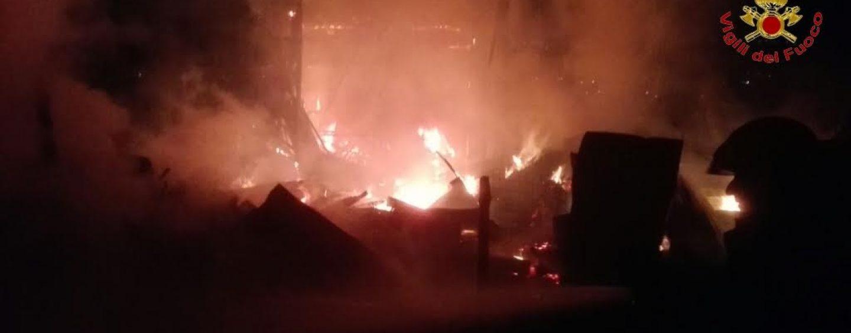 Sturno, a fuoco deposito agricolo in contrada Chiascio
