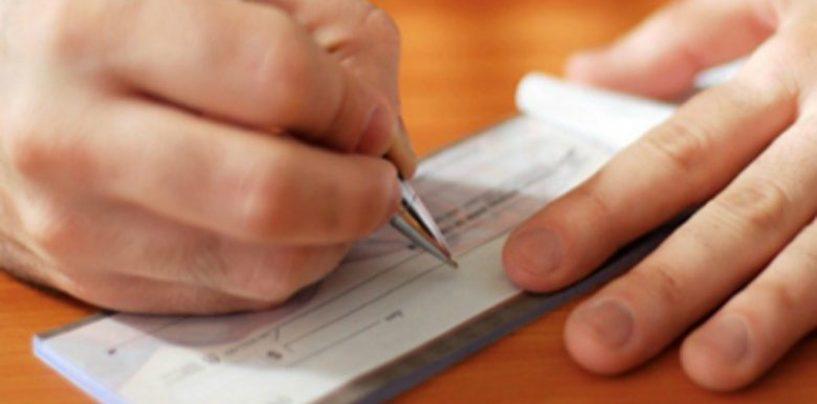 Altera i dati e incassa un assegno di oltre 600 euro