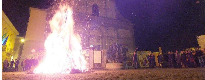 Torna il falò di San Modestino, tarantella e enogastronomia nel cuore antico di Avellino
