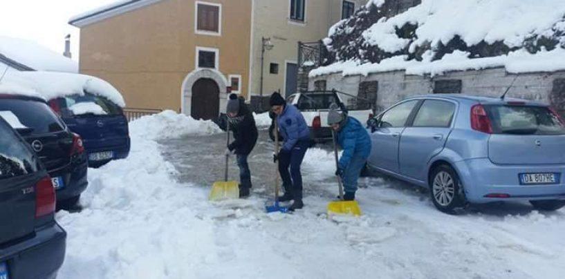 """I giovani spalatori di Cassano Irpino: """"A disposizione della comunità"""""""