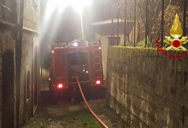 A fuoco due depositi con attrezzi agricoli a Serino: intervengono i Vdf