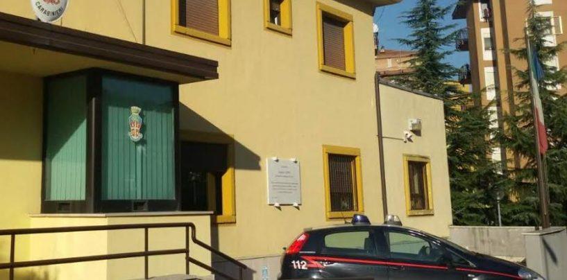 In preda a una crisi si barrica in casa con le due figlie: i Carabinieri riescono a farla desistere