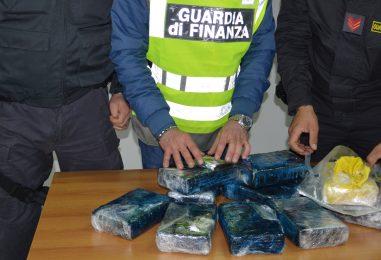 Fiori alla cocaina, arrestati due corrieri con 14kg di droga