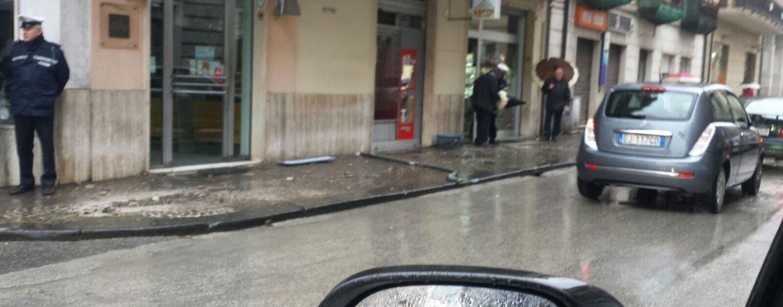 Paura in via Mancini, perde il controllo dell'auto invadendo il marciapiede: un ferito