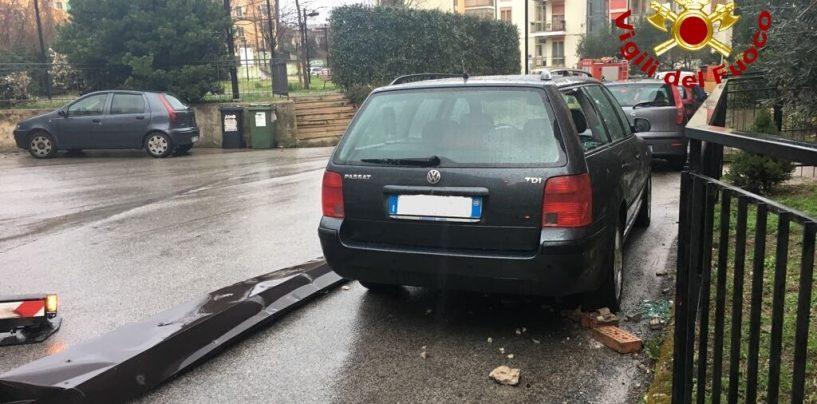 Si stacca un pezzo di grondaia a Rione Mazzini e precipita su di un'auto