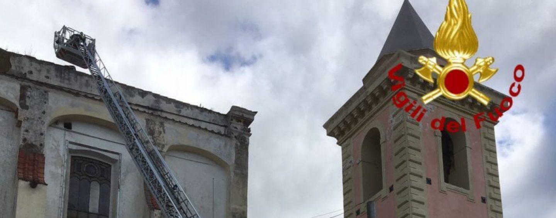 FOTO/ Irpinia sferzata dal forte vento, caschi rossi impegnati ad Avella