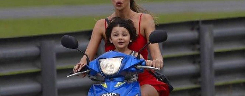 Belen e Santiago sul motorino senza casco, De Martino non ci sta