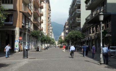 Salerno: ragazzine litigano sul Corso, una avverte un malore