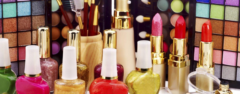 Sequestrati in due negozi cinesi 15mila euro di cosmetici e giocattoli contraffatti