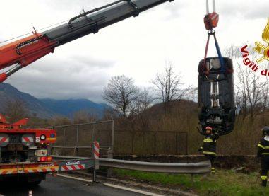 Incidente sul Raccordo Salerno Avellino, auto sbanda e finisce sui binari