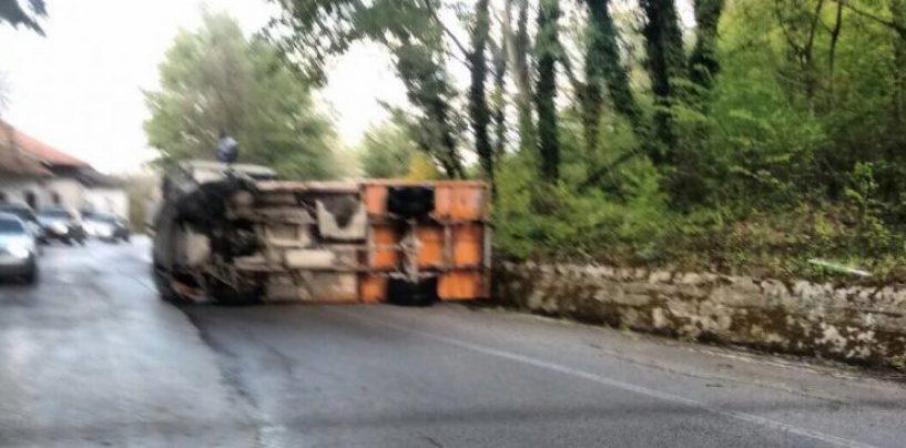 Asfalto bagnato, camion si ribalta nel territorio di Capriglia