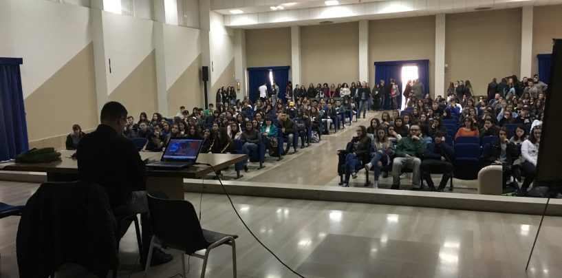 Educazione alla legalità, l'incontro di don Luigi Merola con gli alunni del liceo Imbriani