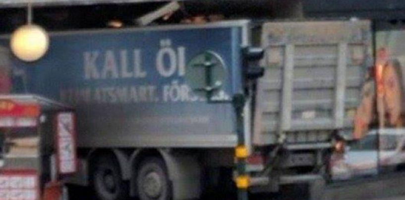 Un camion travolge la folla a Stoccolma, almeno due morti