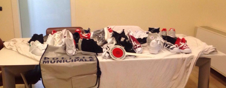 Blitz della Municipale al mercato, sequestrate paia di scarpe contraffatte