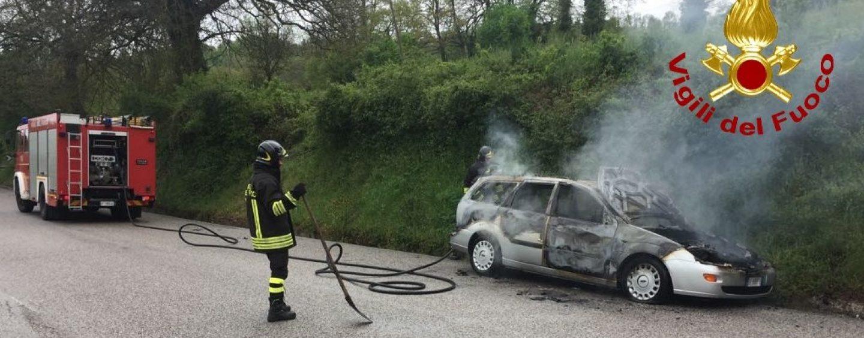 Auto in fiamme sulla Statale Appia, i Vigili del Fuoco mettono in salvo tre persone