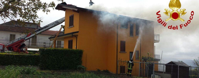 FOTO/ A fuoco un'abitazione a Montemiletto. Dopo sei ore i vigili del fuoco domano le fiamme