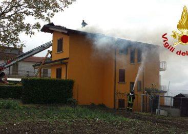Le immagini del lungo intervento dei Vigili del Fuoco per domare un incendio a Montemiletto