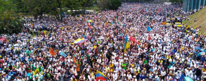 """FOTO/ Caos in Venezuela, morti e feriti in strada. L'irpina Vanessa Ledezma: """"Combatteremo per la libertà"""""""