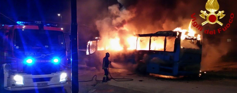 FOTO/ Paura a Serino, autobus a fuoco in piazza San Giuseppe