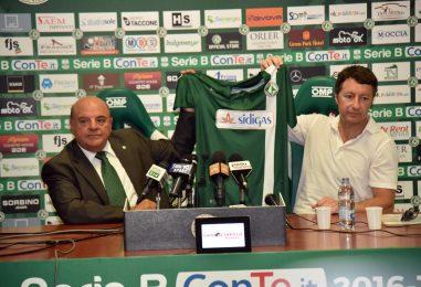 FOTO/ Avellino Calcio – Taccone e De Cesare mostrano la nuova maglia