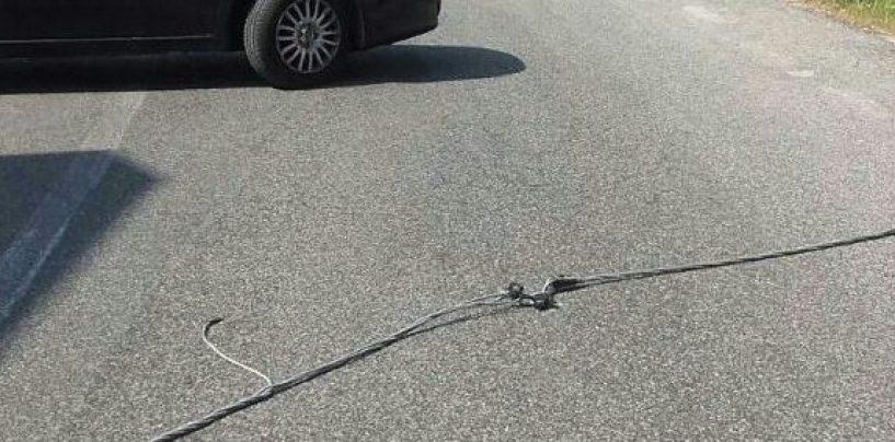 Cavo dell'alta tensione cade sulla carreggiata, strada chiusa diversi minuti