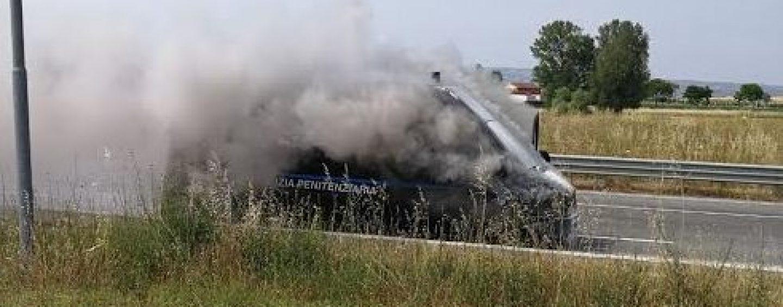 Tragedia sfiorata sulla A/16: in fiamme furgone della Polizia Penitenziaria