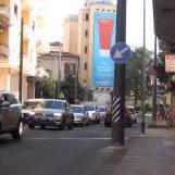 VIDEO/ Ci vuole Costanza e il palo della metropolitana leggera in mezzo alla strada