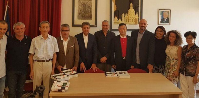 Massimo Pugliese con il Senatore Zhu Yuhua e la delegazione cinese presso il Palazzo De Leo