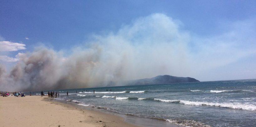 Brucia il litorale di Capaccio-Paestum, i bagnanti abbandonano le spiagge