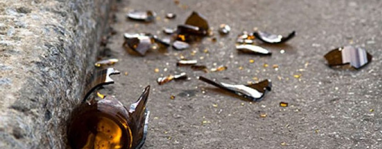 Ariano, vetri rotti e bottiglie per strada: scatta il divieto