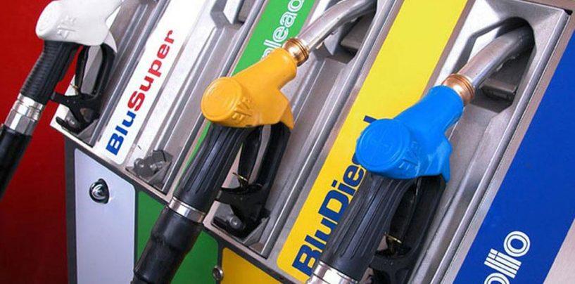 Si rifornisce di benzina usando una banconota falsa, denuncia per un 45enne