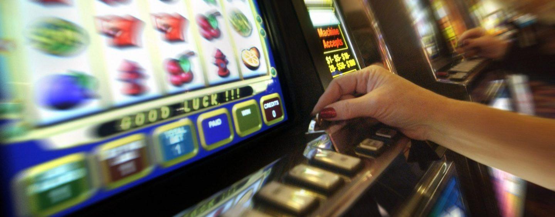 Ludopatie, il flop del Comune salva sale scommesse e slot machine