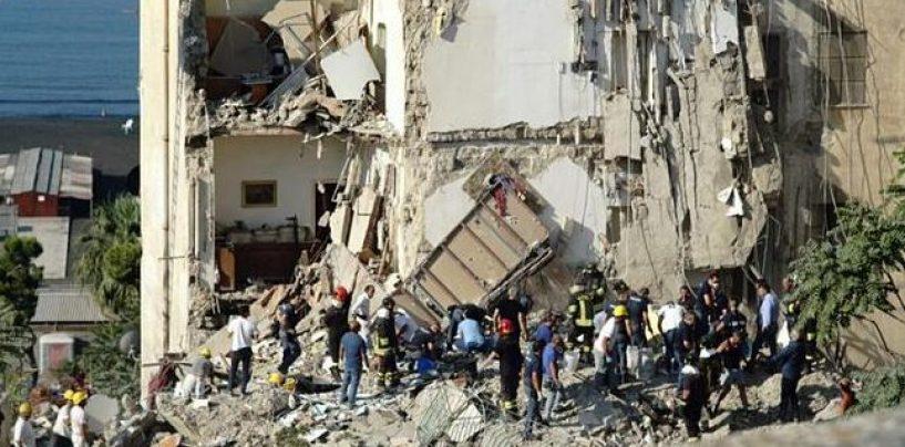 Crolla una palazzina a Torre Annunziata, due famiglie coinvolte
