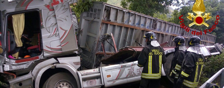 Incidente sul Raccordo Av-Sa: si ribalta un camion che trasportava pomodori