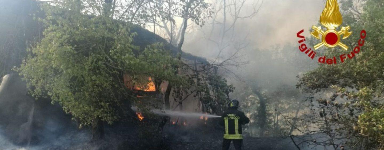 Incendi, brucia anche un deposito agricolo. Altra giornata campale in Irpinia