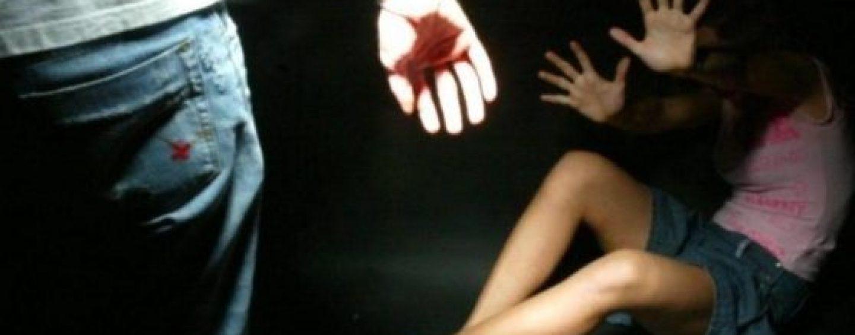 Abusa sessualmente della figliastra: arrestato