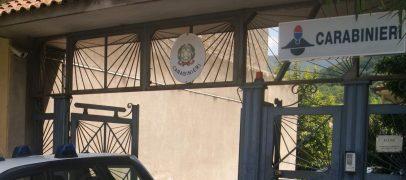 Si scaglia contro i Carabinieri, poi tenta la fuga dal balcone: arrestato