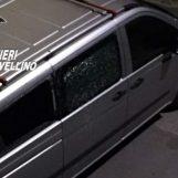 Esplode colpi di fucile contro un furgone, in manette un 25enne