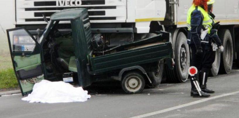 Con l'Apecar sbatte contro un camion, grave un anziano